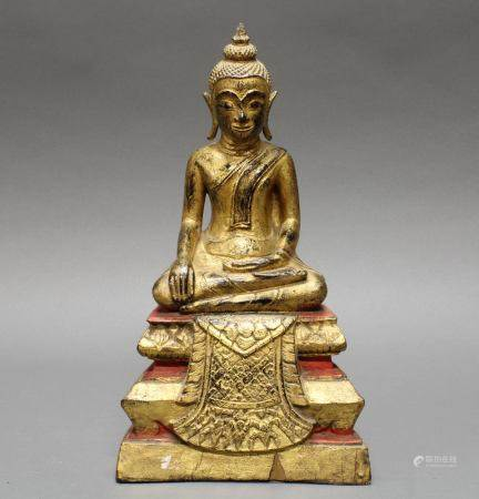 Thronender Buddha, Burma, Anfang 20. Jh., Holz, über Schwarzlack vergoldet, rot bemalt, die Hände