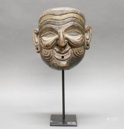 """Tanzmaske, """"Lächelndes Gesicht"""", Tibet/Nepal, 19./20. Jh., Holz, geschnitzt, Reste von farbiger B"""