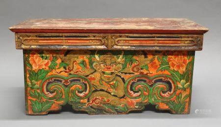 Meditationstisch, Tibet/Nepal, 19. Jh., Holz, farbig bemalt, gehörnter Drache zwischen Wolken und