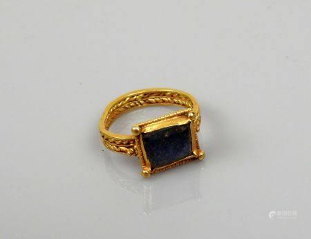 Superbe bague à jonc tressé en épi, comportant un chaton carré comportant un lapis lazuli Or Di