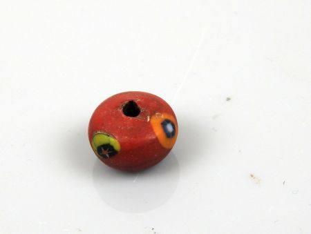 Perle rouge avec éléments incrustés Pâte de verre 1.7 cm Période antique