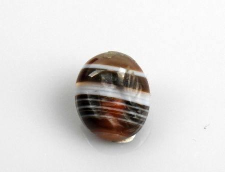 Intaille représentant un personnage tenant un objet Agate rubanée 1.3 cm