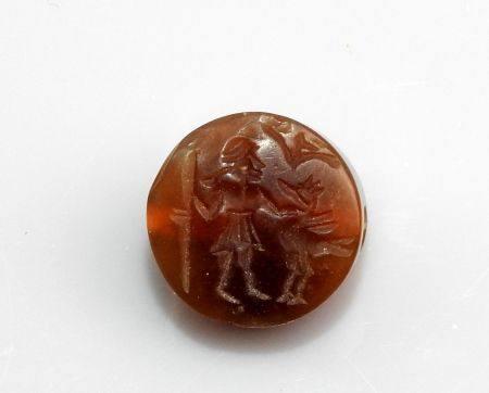 Perle intaille circulaire représentant un personnage sacrifiant un volatile Agate 1.5 cm