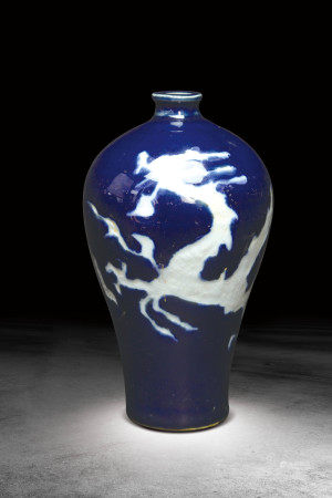 明 藍釉白龍紋梅瓶