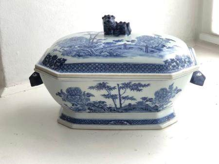 A LARGE CHINESE BLUE AND WHITE EXPORT WARE TUREEN AND COVER WITH STYLISED DEER-HEAD HANDLES, QIANLONG PERIOD (1711-1799)
