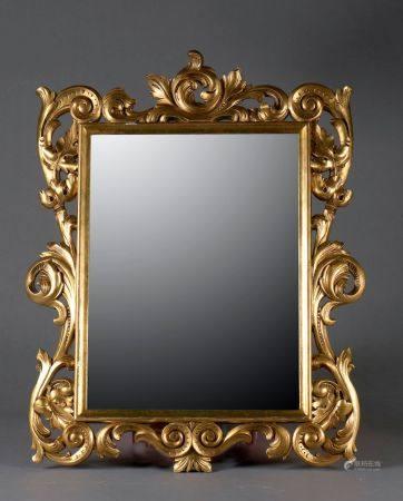 *Miroir rectangulaire en bois sculpté de feuilles d'acanthes et enroulements dans le goût rocai