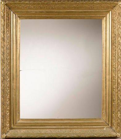 Paire de cadre en bois doré à décor de frises de feuilles, de perles et de piastres (manques et