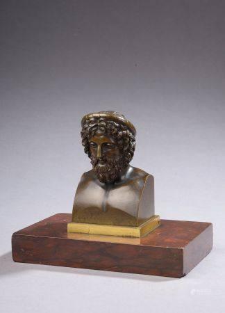 Buste d'antique en bronze à patine brune sur un socle en marbre griotte forman presse-papier (p