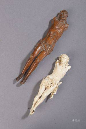 Ensemble comprenant deux Christ, l'un en ivoire (manque les bras, accident), l'autre en buis (p
