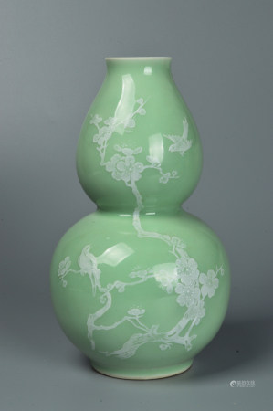 Calabash vase carved with bean green glaze 豆青釉刻花葫芦瓶
