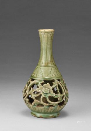 明代 青瓷鏤雕花卉紋瓶