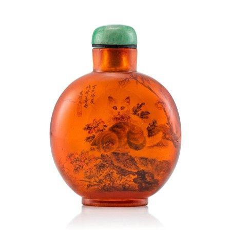 An Inside-Painted Amber 'Cats' Snuff Bottle By Wang Xisan, Dated Dingsi Year, Corresponding to 1977   丁巳(1977年) 王習三作琥珀內畫耄耋圖鼻煙壺 《丁巳仲夏作於一壺齋王習三》款