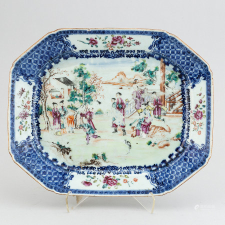 A famille rose and blue and white export porcelain serving dish, Qing dynasty, Qianlong (1736-95).