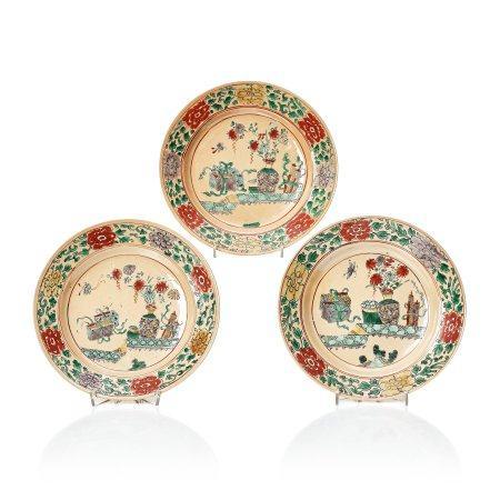 A set of three famille verte plates, Qing dynasty, Kangxi (1662-1722).