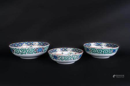 Japanese Art Three Imari pottery bowls decorated with phoenixes Japan, 19th-20th century