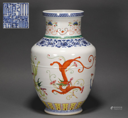 Famille rose vase with dragon shape painting from Qing 清代粉彩龍紋瓶
