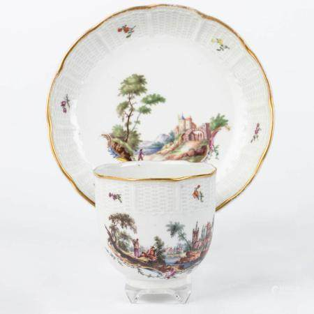 A LATE 18TH CENTURY LUDWIGSBURG SOFT-PASTE PORCELAIN CUP AND SAUCER. PAINTED SCENE WITH TRAVELLERS