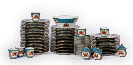 AN OLD-BRUSSELS PORCELAIN DINING SERVICE OF 123 PIECES. SECOND MANUFACTURE D'IXELLES, PERIOD OF MICH