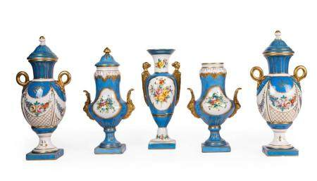 A VARIED LOT OF FIVE VASES, INCLUDING TWO PAIRS. PARTLY GILT PORCELAIN WITH A LIGHT BLUE UNDERTONE.