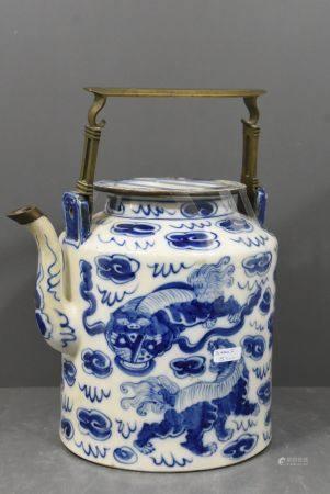 Verseuse asiatique en porcelaine (Ht 22, restaurÈe au couvercle)