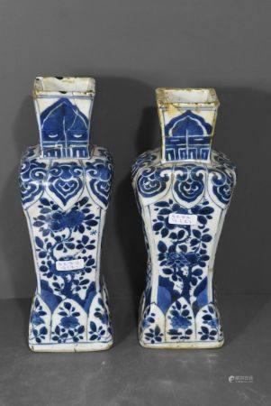 Paire de vases en porcelaine de Chine (cassÈs) Ht 23.5cm