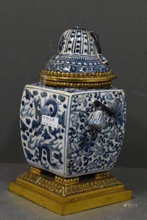 Encrier en porcelaine de Chine, monture en bronze (Ht 19cm)
