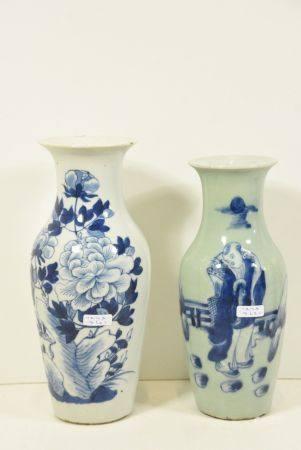 Deux vases en porcelaine de Chine bleue (Ht 25cm et ht 23cm)