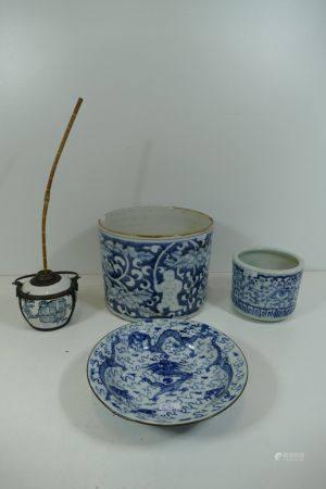 Lot de 4 piËces en porcelaine asiatique (accidents) Ht 8cm, ht 11cm, ht 17cm, ÿ 20cm