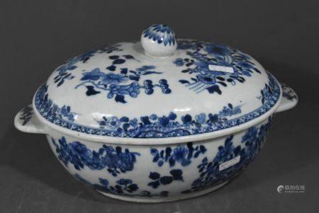 LÈgumier en porcelaine de Chine, dÈcor blanc bleu (Long 31cm, fretel recollÈ et une anse abÓmÈe