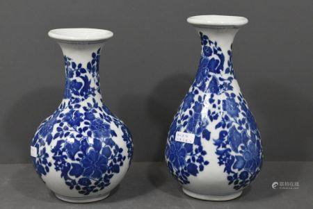 Deux vases en porcelaine de Chine (Ht 19.5cm et ht 18cm)