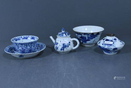 Lot en porcelaine de Chine Èpoque Kangxi ( Une thÈiËre, 1 pochon, une soucoupe, 1 petit bol cou