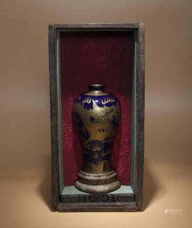 清乾隆 藍釉描金龍紋梅瓶