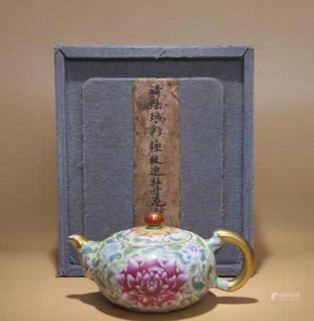 清乾隆 琺瑯彩纏枝蓮紋牡丹花卉壺