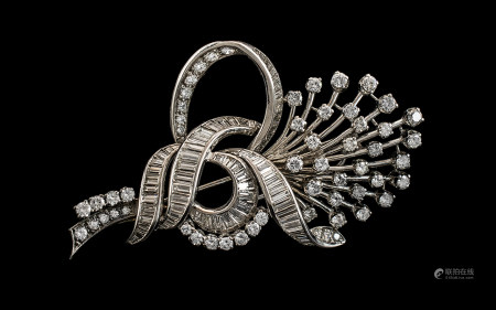 18ct White Gold - Superb Quality 1950's Modern Brilliant Cut and Baguette Diamond Set Brooch, In a