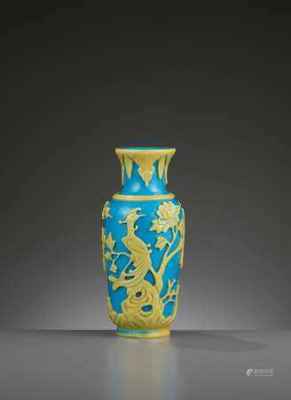 AN OVERLAY TURQUOISE GLASS VASE, TONGZHI MARK & PERIOD