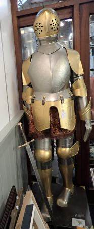 A REPRODUCTION FULL SIZE SUIT OF ARMOUR