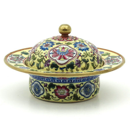 A Famille Rose Covered Dish