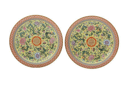 A PAIR OF CHINESE FAMILLE ROSE DISHES.