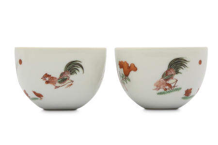 A PAIR OF CHINESE FAMILLE VERTE 'CHICKEN' CUPS.