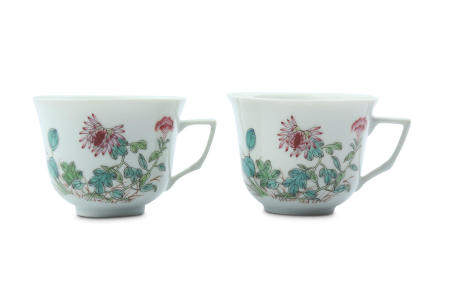 A PAIR OF CHINESE FAMILLE ROSE COFFEE CUPS.