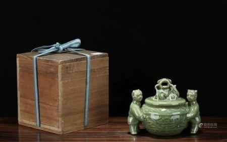 大正时期 青瓷童子抬缸狮钮香薰炉(配老木盒)