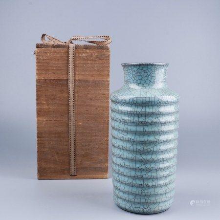 官窑青釉旋纹瓶