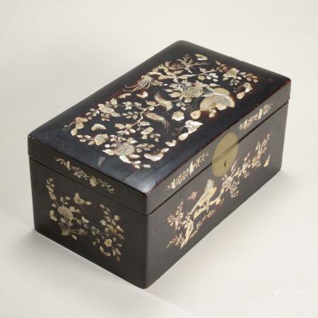 白瓷三足香爐 椰殼雕八寶紋茶壺 大漆嵌螺鈿花鳥紋長方蓋盒 三件