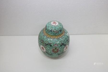 清末民初 綠地粉彩花紋紋罐