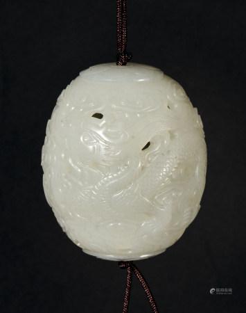 清 白玉雕龍紋鏤空香囊
