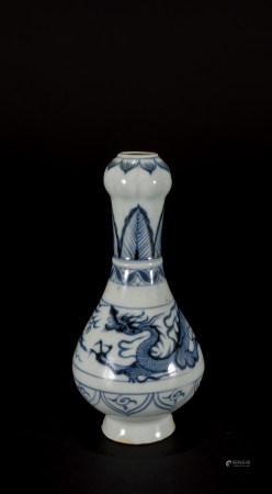 明 青花龍紋蒜頭瓶