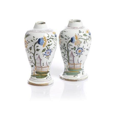 Duas jarras bojudas em faiança portuguesa
