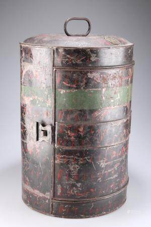 A 19TH CENTURY JAPANNED CYLINDRICAL TIN FOR AN OFFICERS' FEATHER BONNET, wi