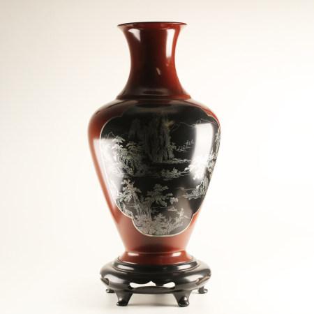 山水纹黑地红漆花瓶