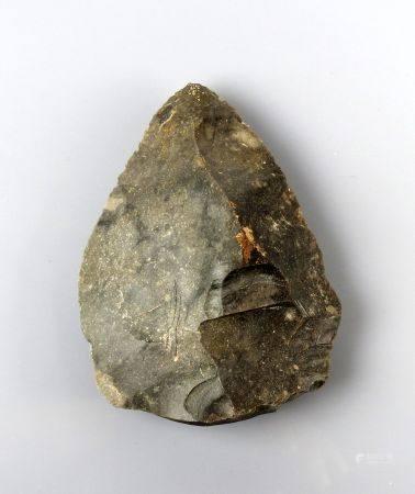 Biface de forme triangulaire, provenant du site d'Ecoivres (Pas de Calais) Silex gris foncé 9 c